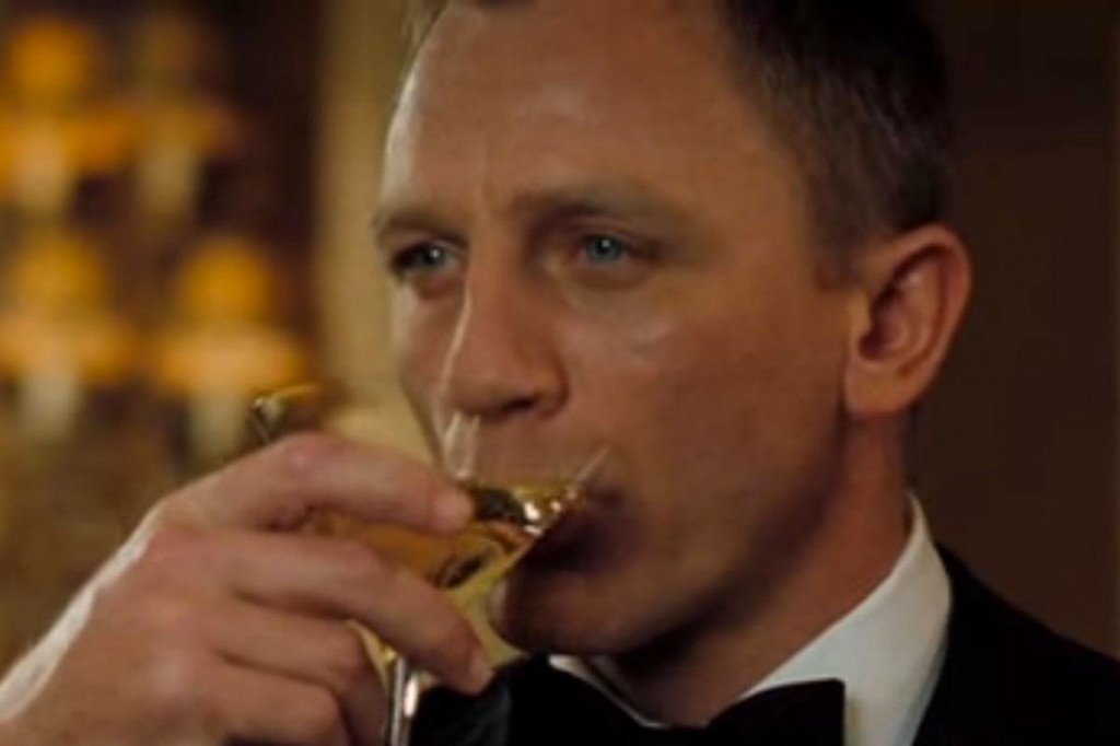 Daniel-Craig-from-Casino-Royale-drinking-a-dry-martini